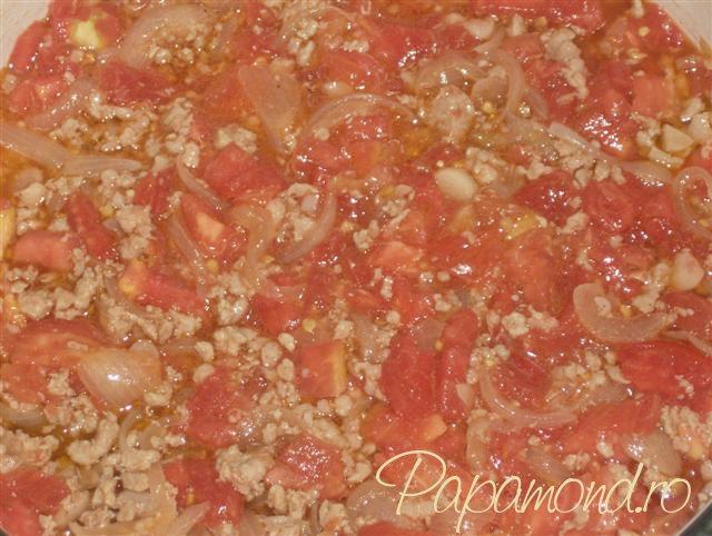 Musaca turceasca - adaugam rosiile peste carne