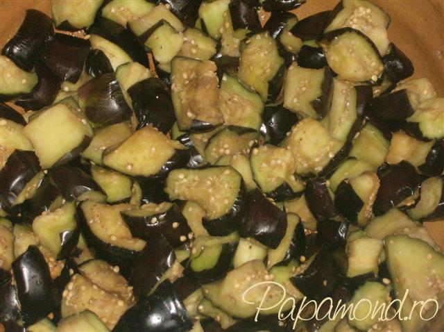 Musaca turceasca - punem vinetele stoarse