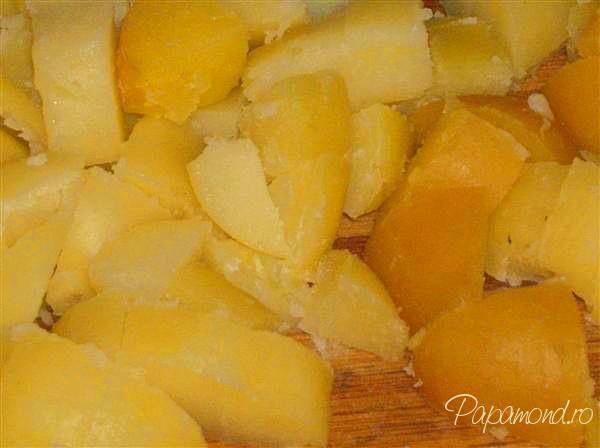 Cartofi taranesti pregatiti pentru pulpa de porc cu cartofi