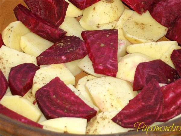 pui la cuptor cu cartofi si sfecla rosie