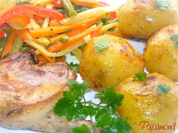 Pulpe de rata cu legume stir-fry şi cartofi aurii