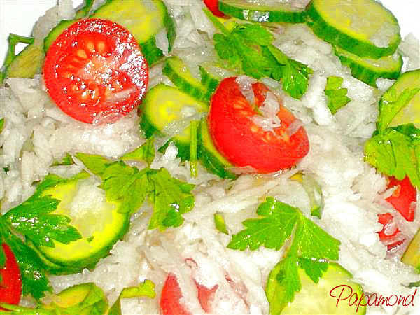 Salata de ridiche, cherry si castravete stropita cu zeama de portocale