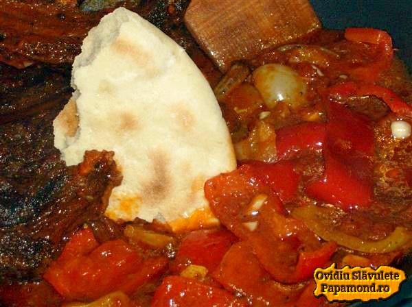 Costite rumenite la cuptor cu sos si ardei gras servite cu turtita taraneasca