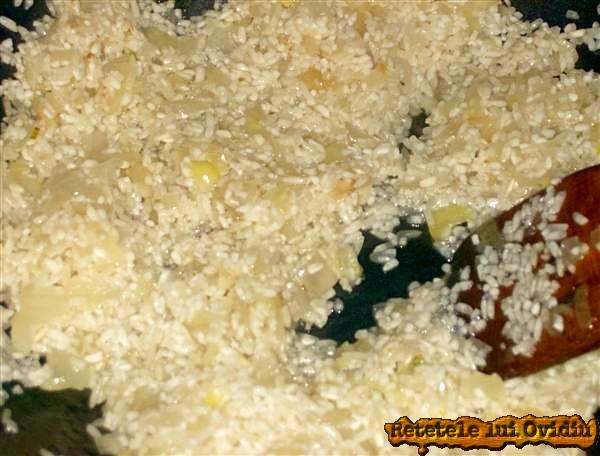 calim ceapa si punem orezul pentru risotto
