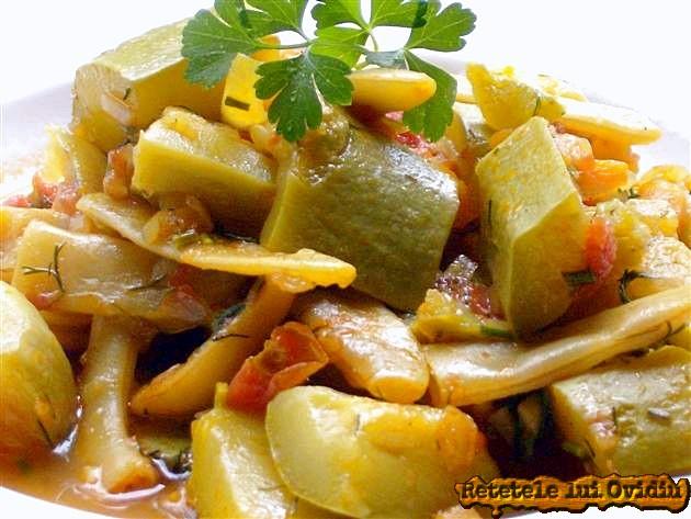Mancare de fasole verde cu dovlecei, gatita la ceaun