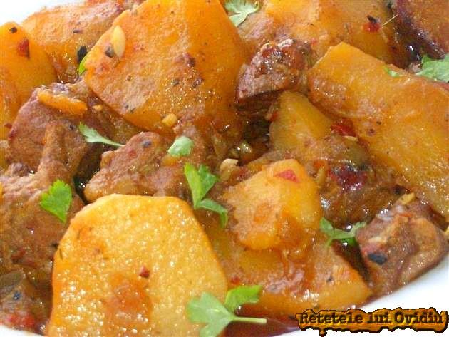 Papricas de cartofi cu carne de porc aromat cu ciusca coapta si pisata