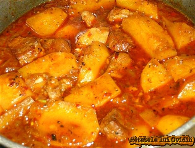 papricas de cartofi cu carne de porc preparat la ceaun