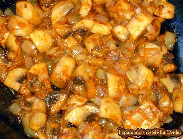 fasole cu carnati polonezi. Cu ceapa calita si ciuperci