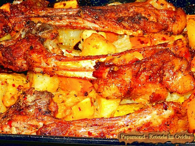 Reteta de Coaste de miel la cuptor. Pe pat de dovleac, cartofi si dovlecei - www.papamond.ro  (12)