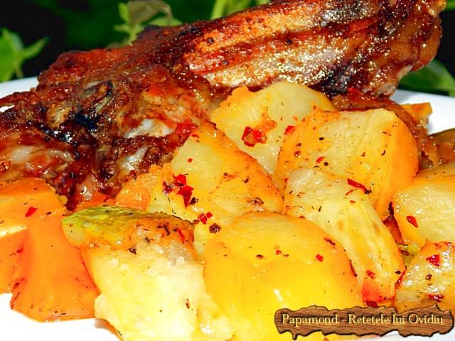 Reteta de Coaste de miel la cuptor. Pe pat de dovleac, cartofi si dovlecei - www.papamond.ro  (18)