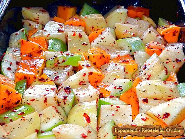 Reteta de Coaste de miel la cuptor. Pe pat de dovleac, cartofi si dovlecei - www.papamond.ro  (4)