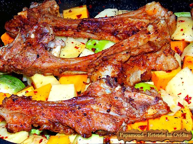 Reteta de Coaste de miel la cuptor. Pe pat de dovleac, cartofi si dovlecei - www.papamond.ro  (6)