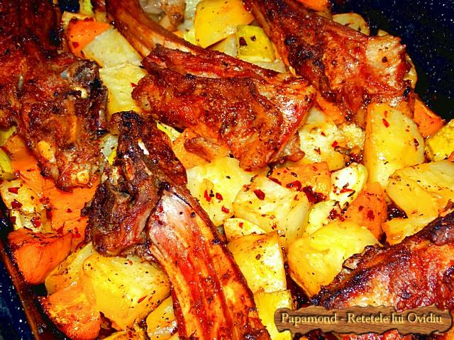 Reteta de Coaste de miel la cuptor. Pe pat de dovleac, cartofi si dovlecei - www.papamond.ro  (9)