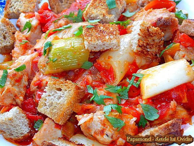 Tocanita din piept de pui cu praz. Servita cu crutoane - www.papamond.ro  (16)