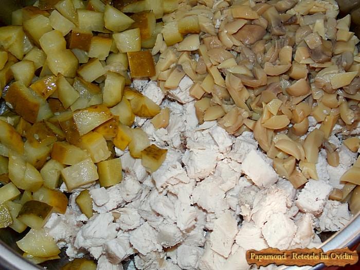 Salata de piept de pui cu ciuperci, smantana si maioneza