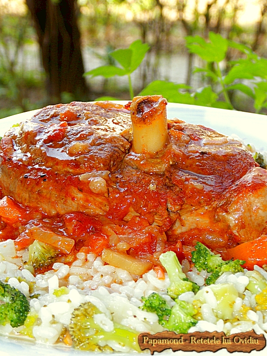 carne de ied cu sos si garnitura de orez si broccoli