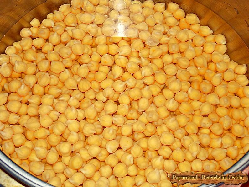 Hummus sau humus. Fierbem boabele de naut asemeni fasolei, pana se pot pasa